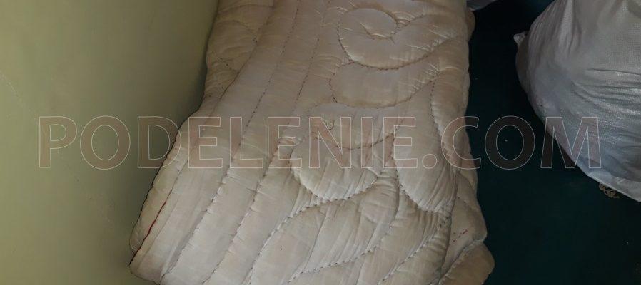 Хамалски работи изнася стар диван във Видин